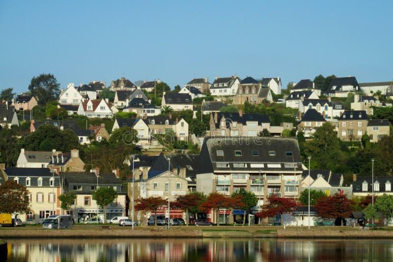 Französische schöne Ansicht des Küstendorfs lizenzfreies stockfoto