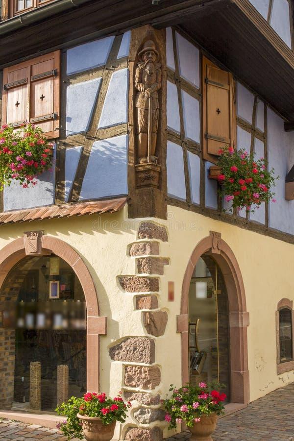 Französische traditionelle Fachwerkhäuser in Kientzheim-Dorf in Elsass, Frankreich stockbilder