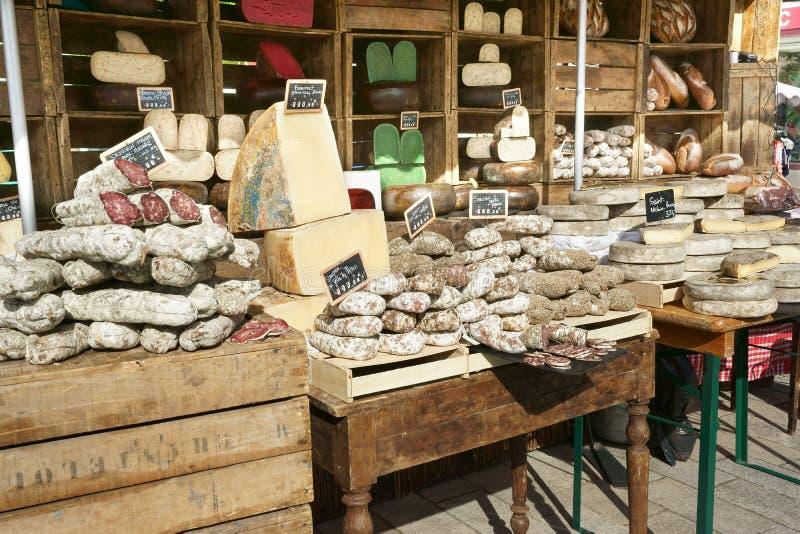 Französische Würste und Käse-Marktstall Frankreich lizenzfreie stockbilder