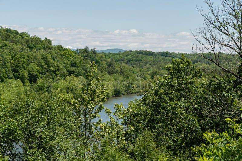 Französischer breiter Fluss angesehen von blauen Ridge Parkway im Frühjahr, Asheville, North Carolina stockbilder