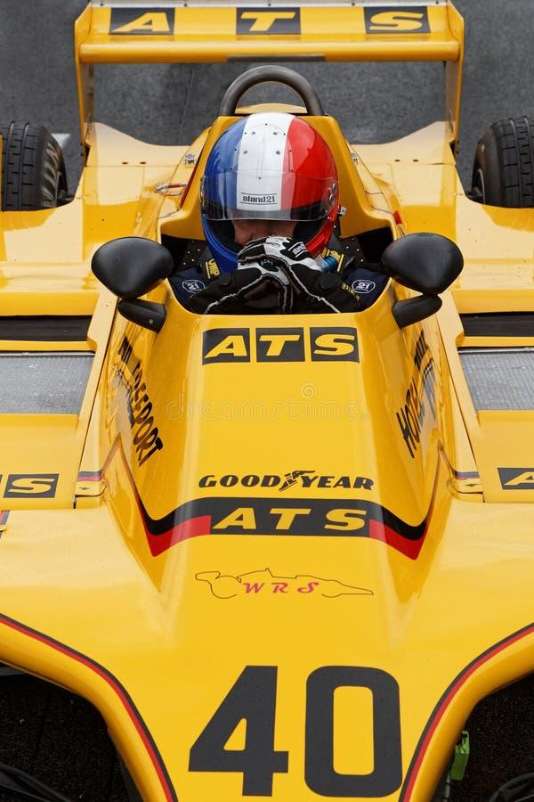 Französischer Flaggensturzhelm in einem gelben Formel 1-Auto stockbilder