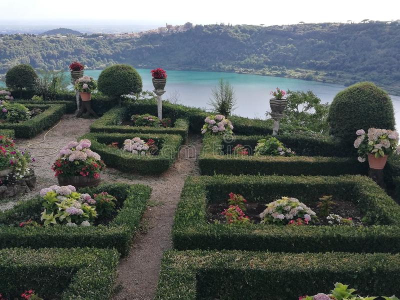 Französischer Garten mit hinter dem Panorama des vulkanischen Sees von Nemi nahe Rom Italien stockbilder