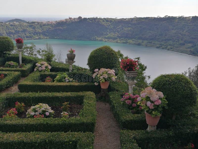 Französischer Garten mit hinter dem Panorama von vulkanischem See von Nemi nahe Rom Italien lizenzfreies stockfoto