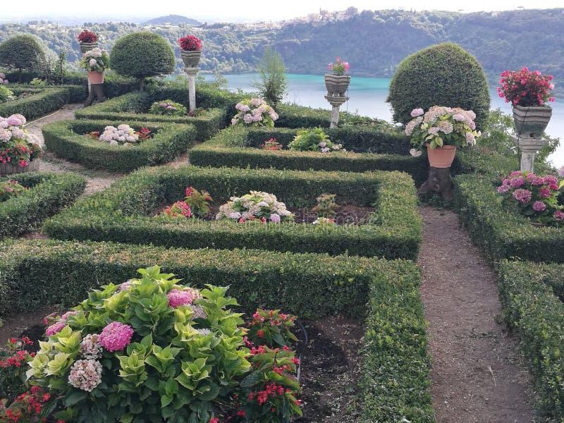 Französischer Garten mit hinter dem Panorama von vulkanischem See von Nemi nahe Rom Italien lizenzfreie stockbilder