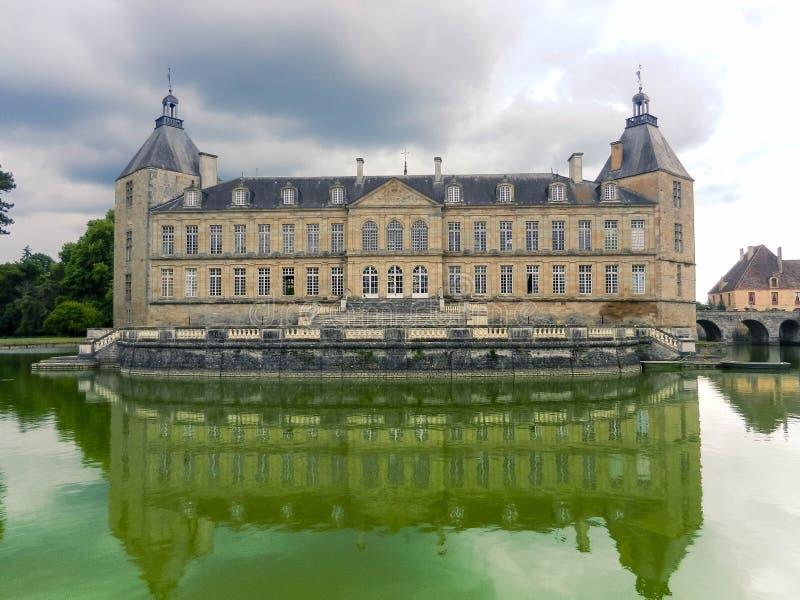Französischer historischer Chateaupalast in Burgunder-Region lizenzfreie stockfotografie