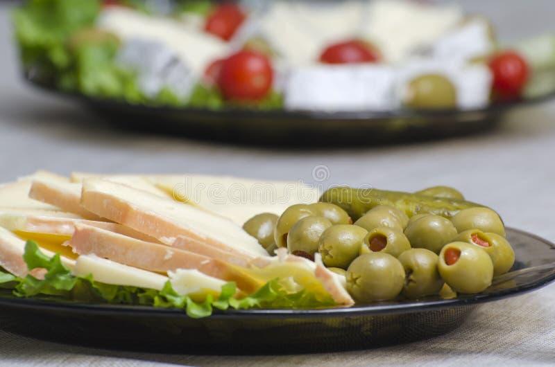Französischer Käse, angefüllte Oliven lizenzfreie stockfotos