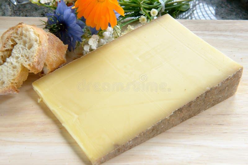 Französischer Käse Comte auf einem hölzernen Behälter stockfoto