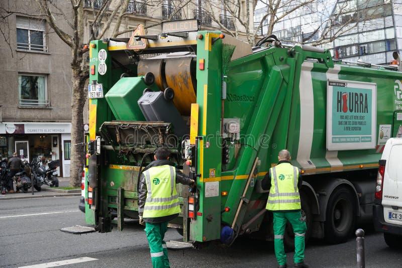Französischer Müllmann bei der Arbeit stockfoto