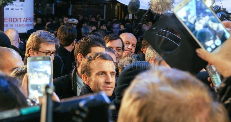 Französischer Präsident Emmanuel Macron am Weihnachtsmarkt mit Menge stockfotos