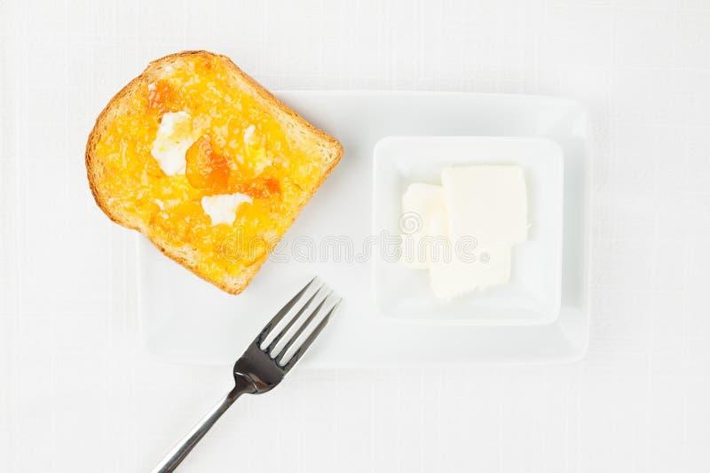 Französischer Toast, Orangenmarmelade, Butter, Gabel lizenzfreie stockfotos