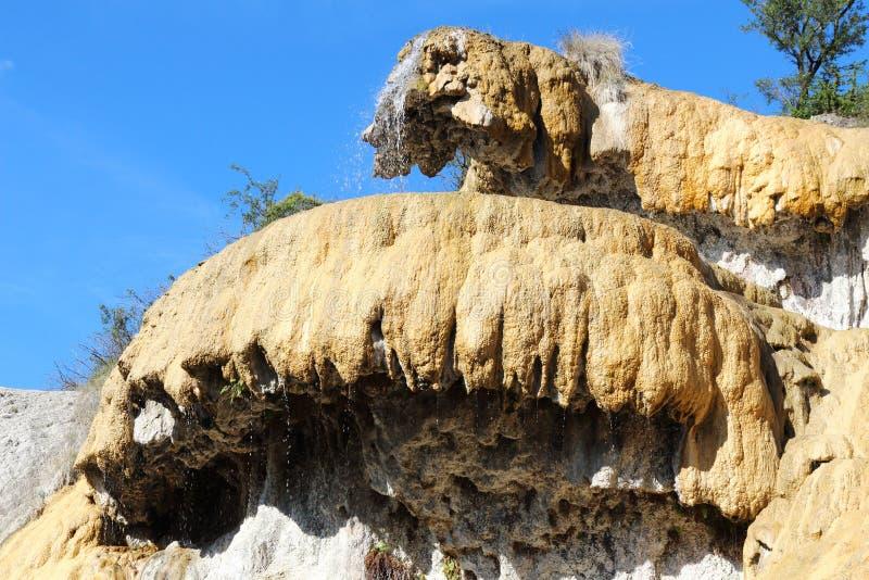 Französischer versteinerter Brunnen von Réotier, Hautes-Albes stockfotos