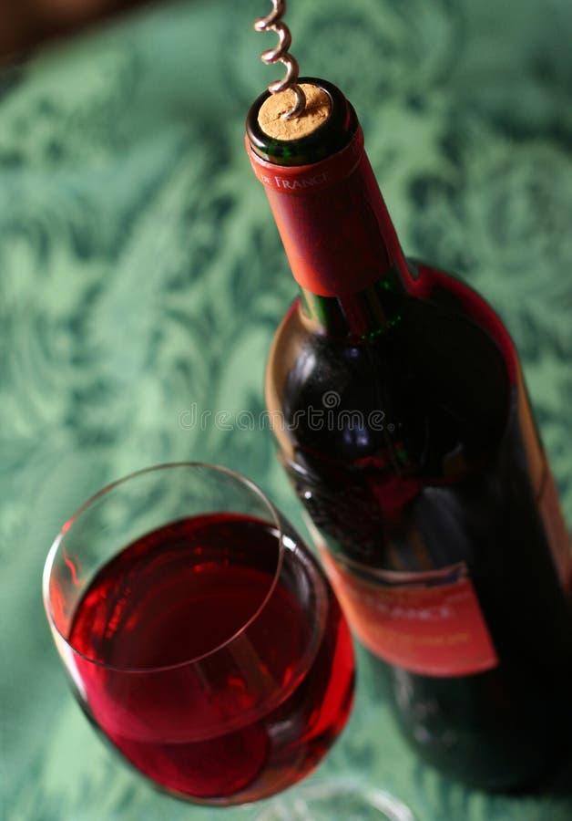 Französischer Wein auf dem Bedsheet stockbilder