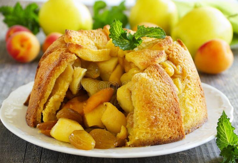 Französisches Brot Apfelkuchen mit Äpfeln lizenzfreie stockbilder