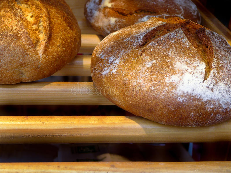 Französisches Brot an einer Bäckerei in Paris lizenzfreies stockfoto