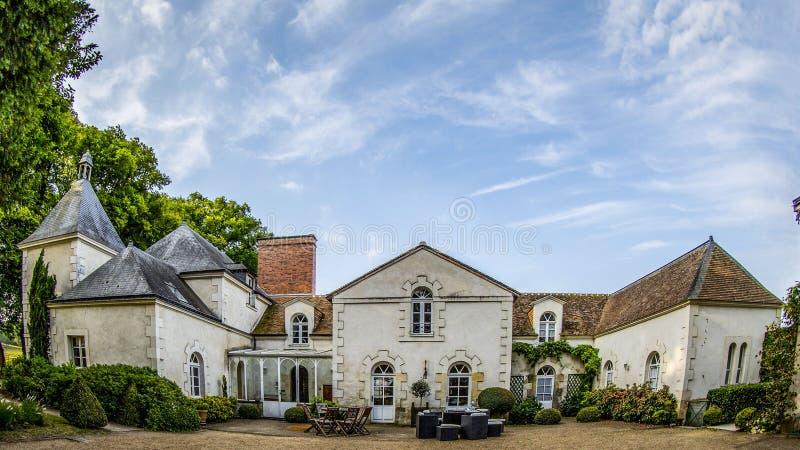 Französisches Chateau in Frankreich unter blauem Himmel, wdie Schuss lizenzfreie stockfotografie