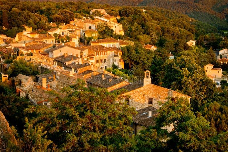 Französisches Dorf an der Dämmerung stockfotos