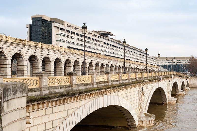 Französisches Finanzministerium in Bercy mit Fluss die Seine - Paris stockbild
