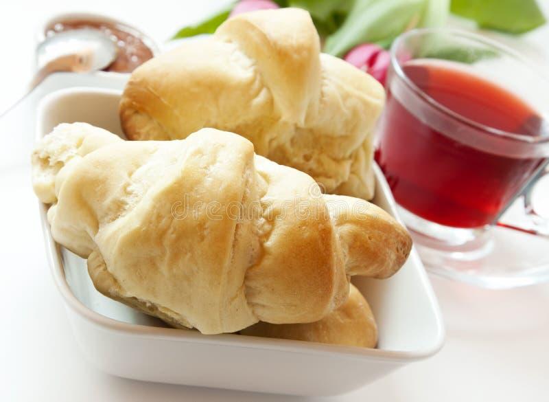 Französisches Frühstück mit Hörnchen und Tee lizenzfreie stockfotos