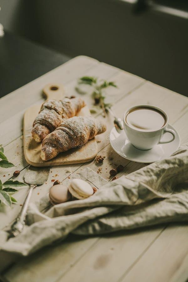 Französisches Frühstück mit Kaffee und croussant und macarons stockfotos