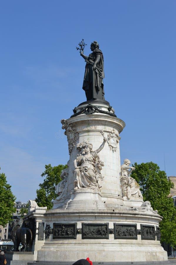 Französisches Freiheitsstatue an der richtigen Stelle de la Republique, Paris stockbilder