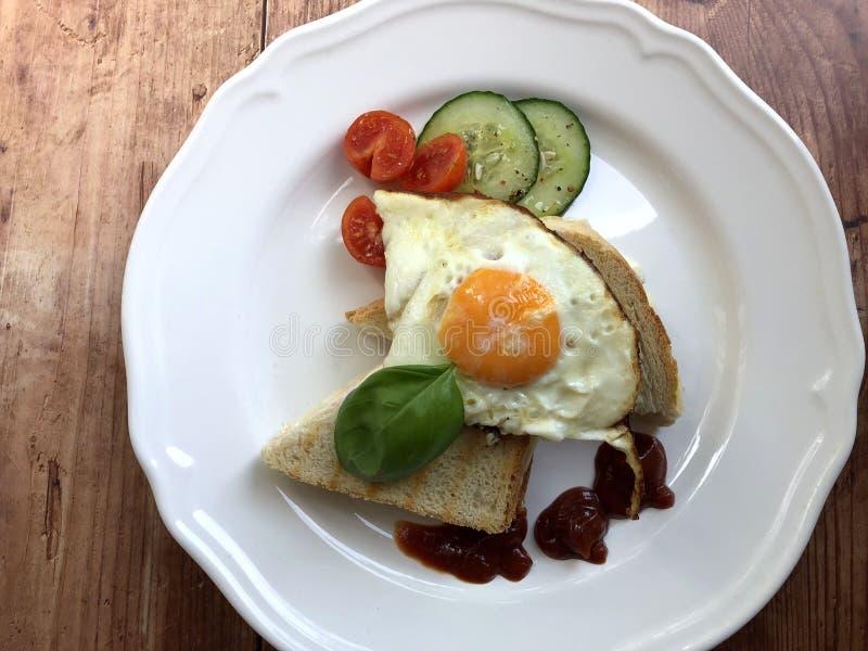 Französisches geröstetes Käse-Sandwich mit Schinken, Fried Egg, Salat-Blumenstrauß lizenzfreie stockfotografie