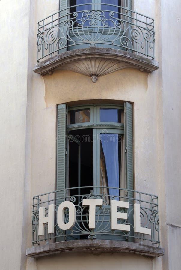 Französisches Hotel mit Balkon und Türen in Paris, Frankreich stockbild