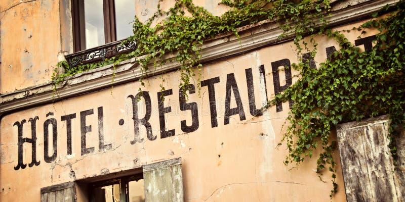 Französisches Hotelzeichen der Weinlese stockbild