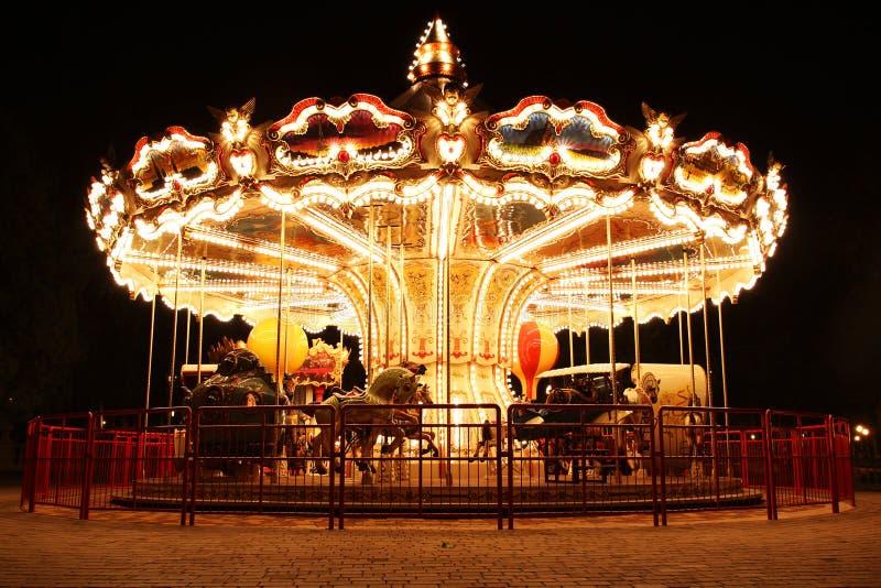 Französisches Karussell mit Pferden nachts lizenzfreies stockfoto