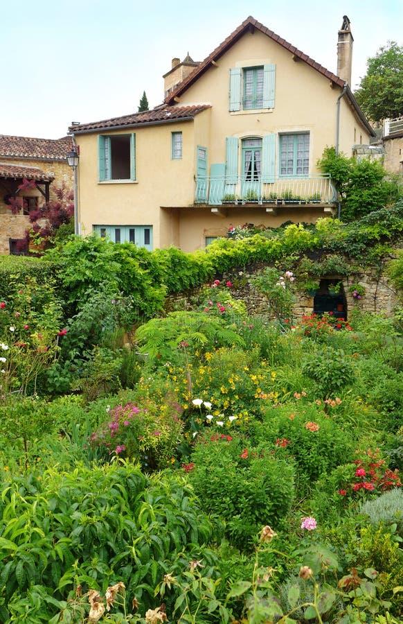 Französisches Reihenhaus mit Sommergarten stockbilder