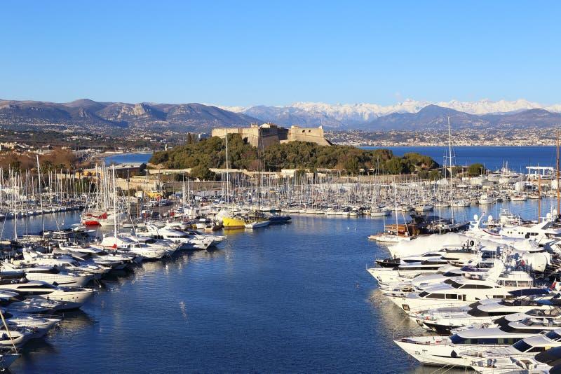 Französisches Riviera, Antibes Ansicht des Hafens, der Yachten und der Festung lizenzfreie stockbilder