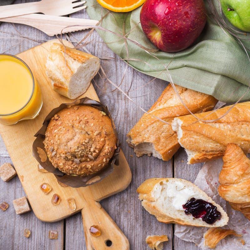 Französisches Stangenbrot des gesunden Muffinkuchen-Hörnchens zum Frühstück stockfotos
