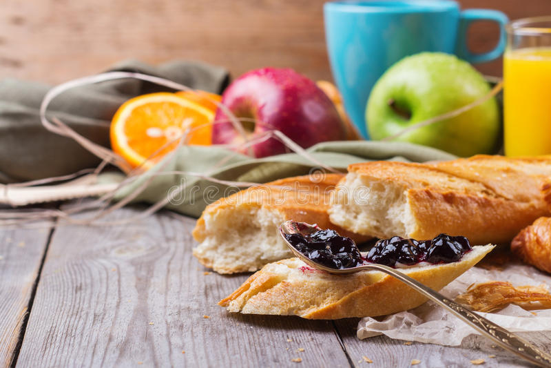 Französisches Stangenbrot mit Butter und Stau zum Frühstück lizenzfreie stockbilder