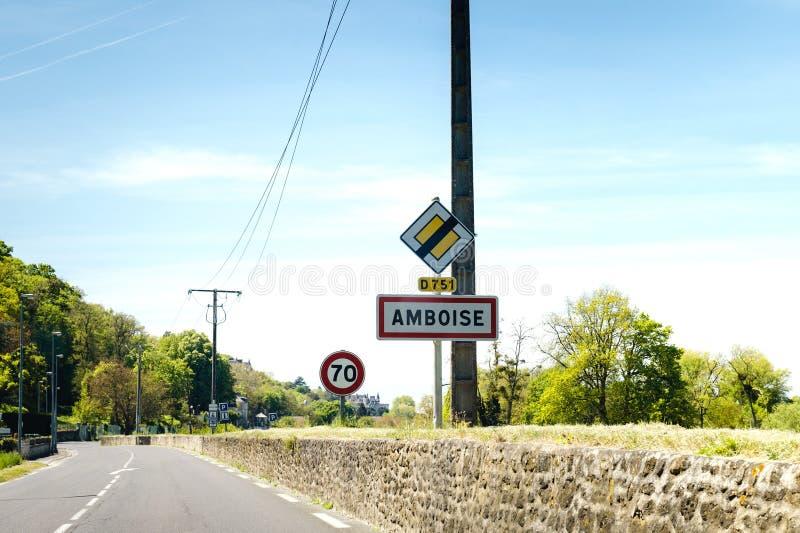 Französisches Straßenschild mit 70 kmh Höchstgeschwindigkeit nahe Amboise stockfotos