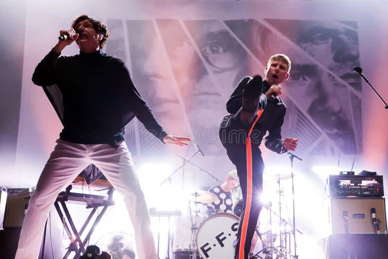 Franz Ferdinand i iskry, skrzyknie także zna jako FFS, w koncercie przy kłamstewko festiwalem zdjęcie royalty free