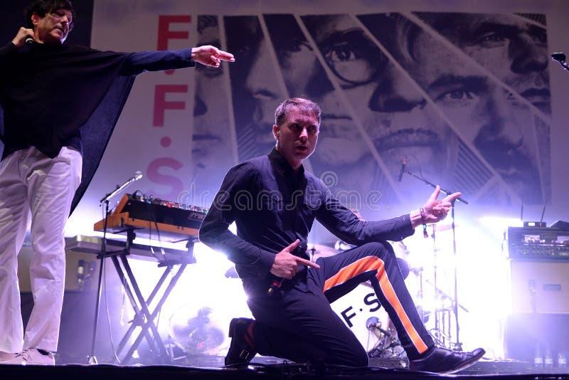 Franz Ferdinand i iskry, skrzyknie także zna jako FFS, w koncercie przy kłamstewko festiwalem fotografia royalty free