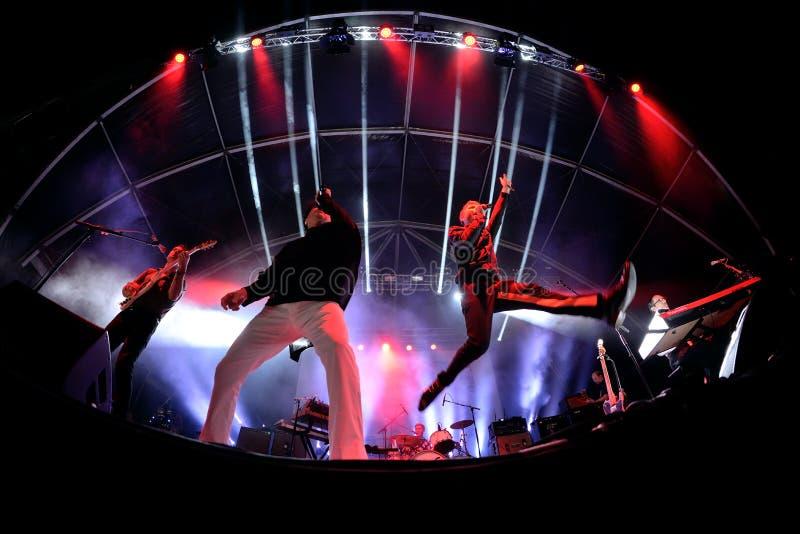 Franz Ferdinand i iskry, skrzyknie także zna jako FFS, w koncercie przy kłamstewko festiwalem zdjęcia stock
