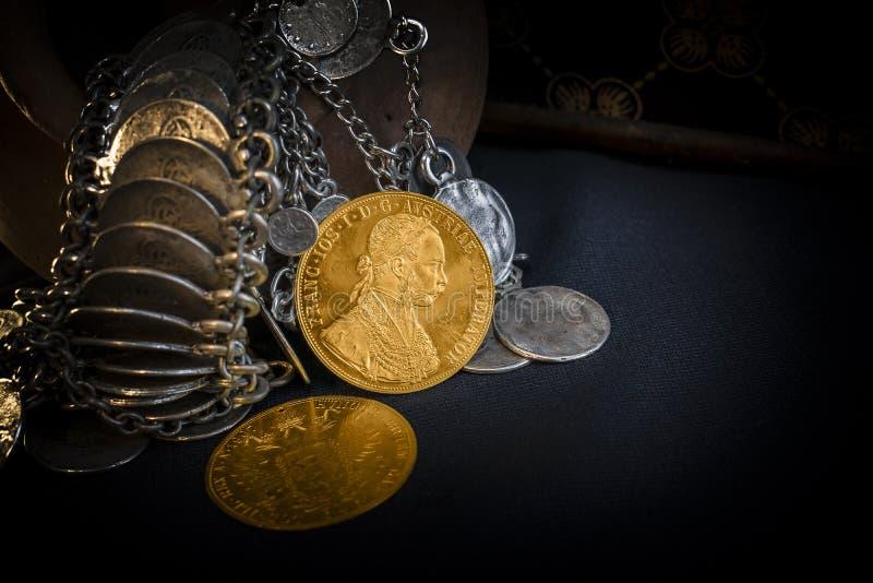 Franz Joseph I, Austro-ungrare guld- dukat från 1915 med silversmycken royaltyfria foton