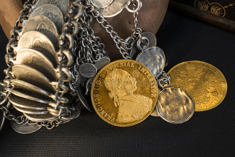 Franz Joseph I, ducados de oro austrohúngaros a partir de 1915 con la joyería de plata imagenes de archivo