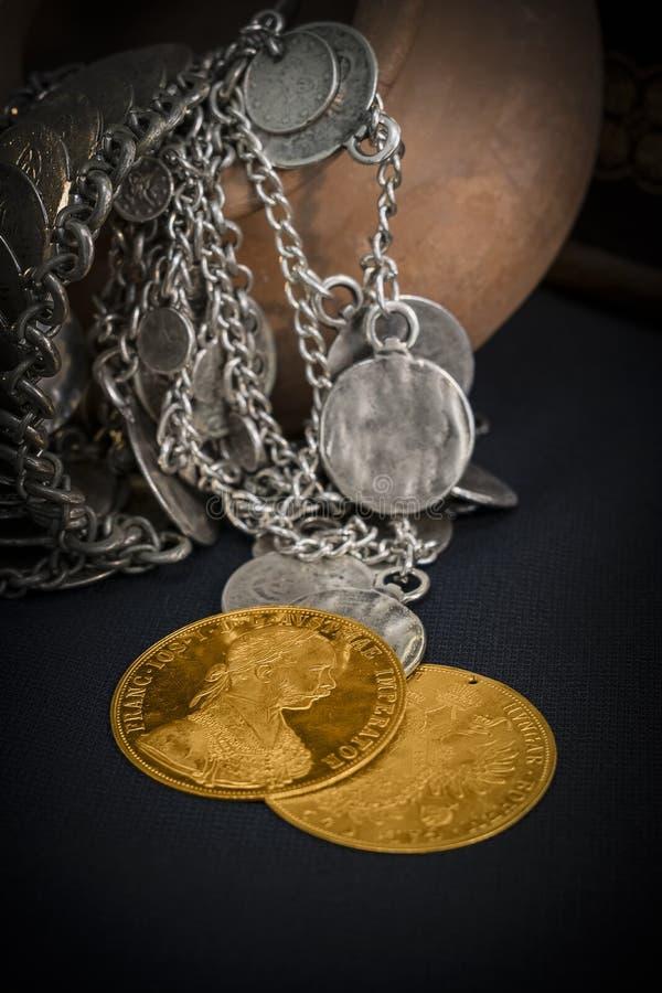 Franz Joseph I, ducados de oro austrohúngaros a partir de 1915 con la joyería de plata fotos de archivo
