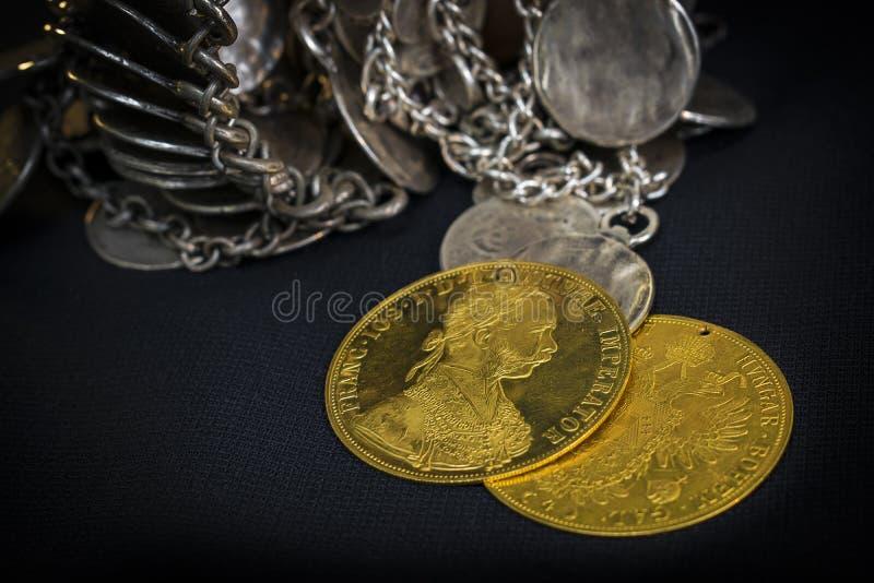 Franz Joseph I, ducados de oro austrohúngaros a partir de 1915 con la joyería de plata foto de archivo libre de regalías