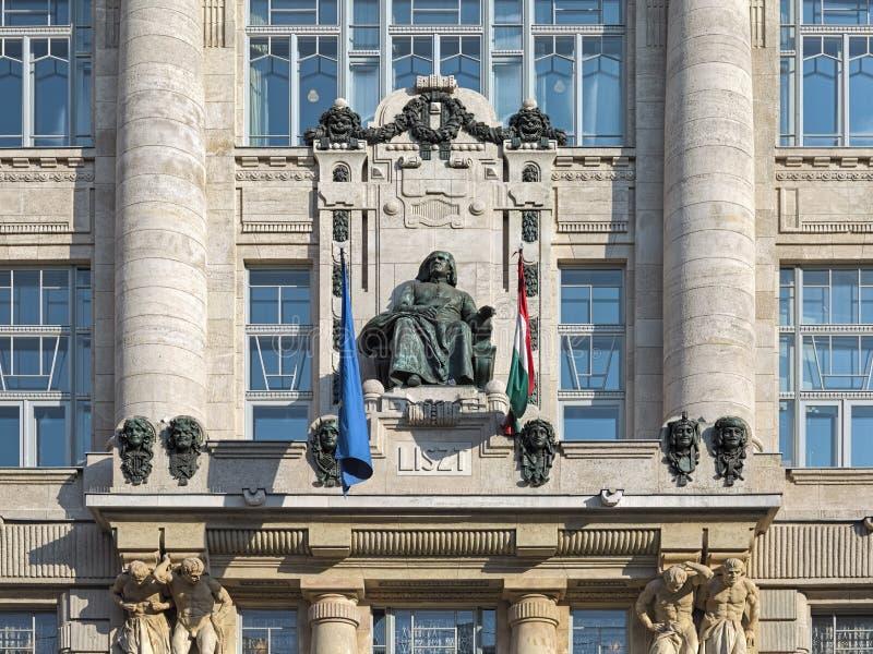 Franz Liszt-standbeeld op de voorgevel van Franz Liszt Academy van Muziek in Boedapest, Hongarije stock fotografie