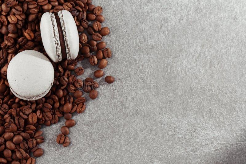 Franz?sische Makronen mit Kaffeebohnen Selektiver Fokus Makrone im grauen Ton mit Kopienraum Sch?ne Makronen lizenzfreies stockfoto