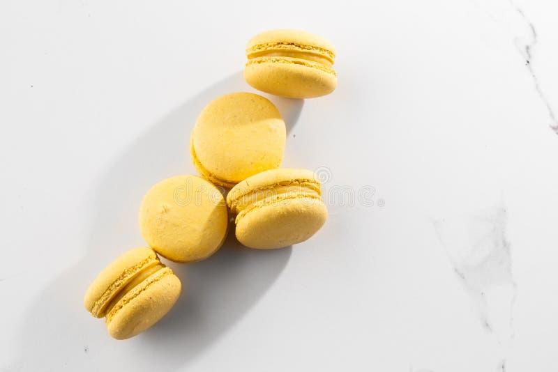 Franz?sische Makronen Selektiver Fokus Schöne gelbe Makronen auf Marmorhintergrund Stilvoller Anordnungsbonbon lizenzfreie stockfotos