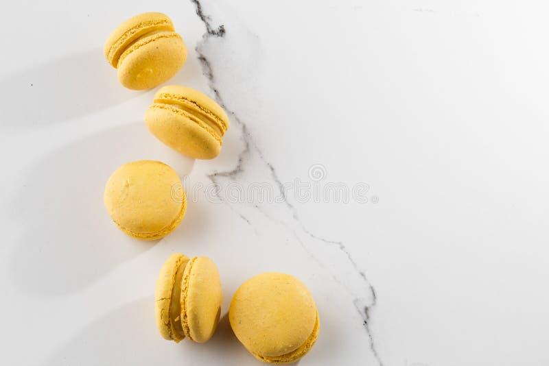 Franz?sische Makronen Selektiver Fokus Schöne gelbe Makronen auf Marmorhintergrund Stilvoller Anordnungsbonbon stockbild