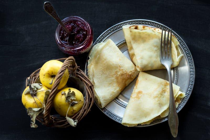 Franzosekrepps, Stau und Äpfel - süßes Frühstück lizenzfreie stockfotos