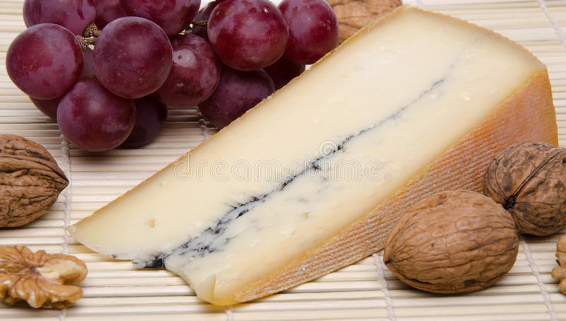 Franzosen Morbier-Käse auf einem Stroh placemat stockfotografie