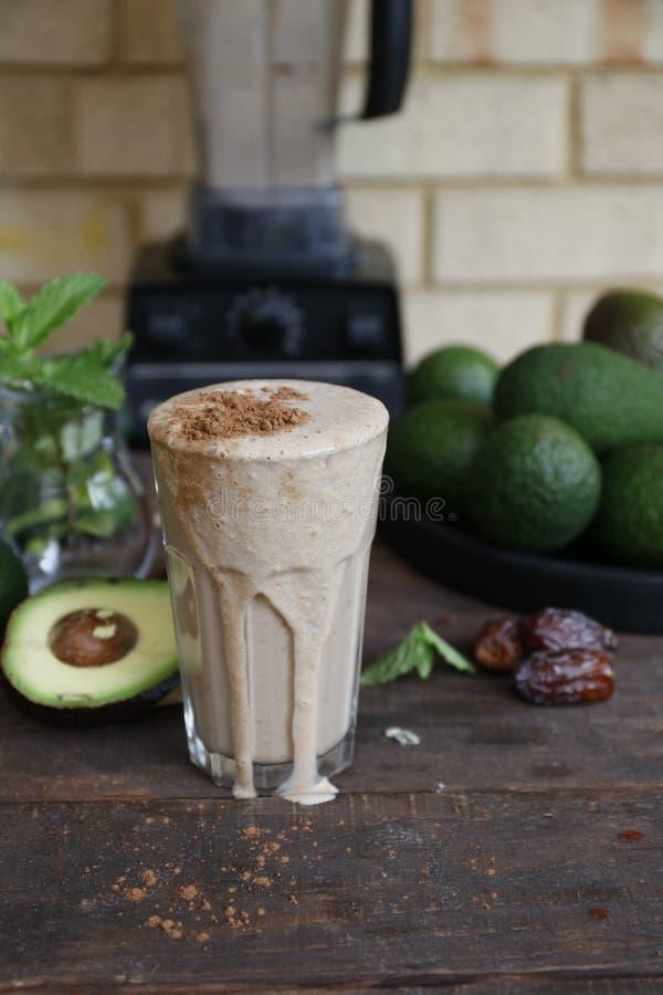 Frappé dell'avocado del vegano con le date di medjool immagini stock libere da diritti