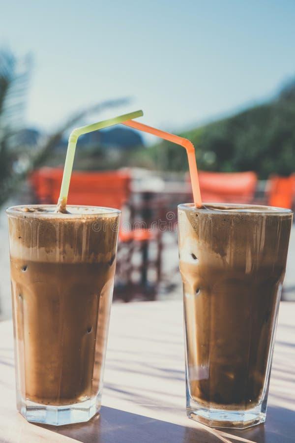 Frappe do café, culinária grega na tabela na praia imagem de stock royalty free