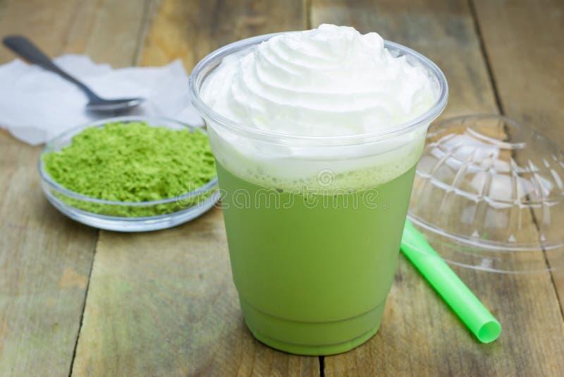 Frappe för grönt te i plast- kopp royaltyfri foto