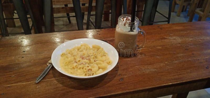 Frappe och pastaeftermiddag royaltyfri foto
